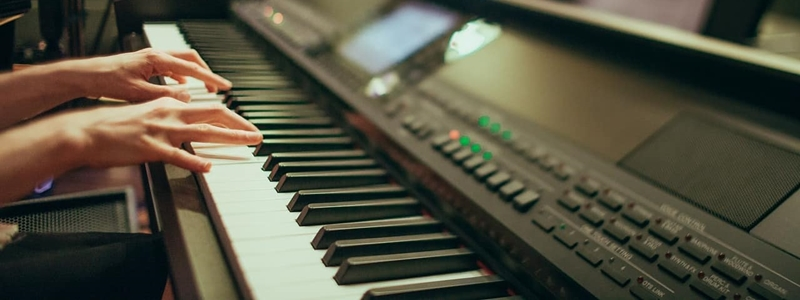 The 5 Best Digital Pianos Under $1000 [Reviewed]